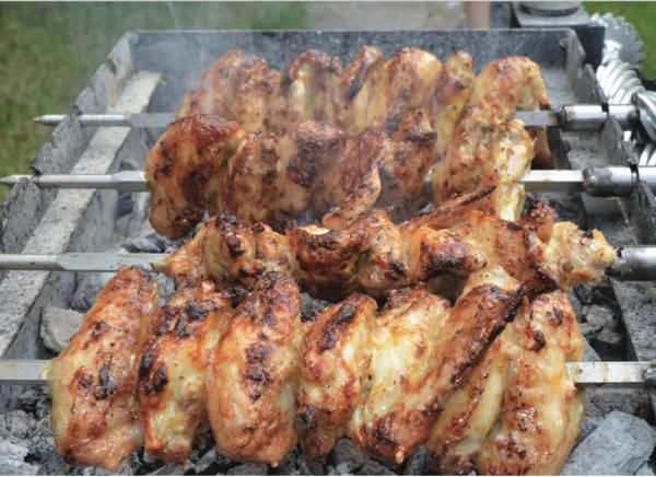 φτερούγες κοτόπουλου κάρβουνα ψήσιμο συνταγή μαρινάρισμα καραγιάννης σούβλα τσικνοπέμπτη