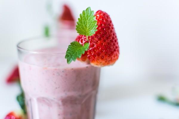 smoothie φράουλες γιαούρτι μέλι